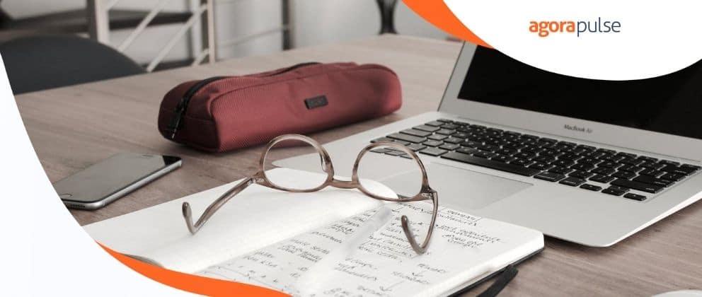 photo avec un ordinateur, une trousse, des lunettes et un cahier